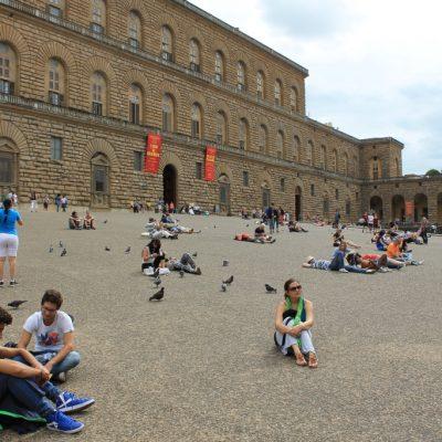 Хората си почиват пред двореца Пити