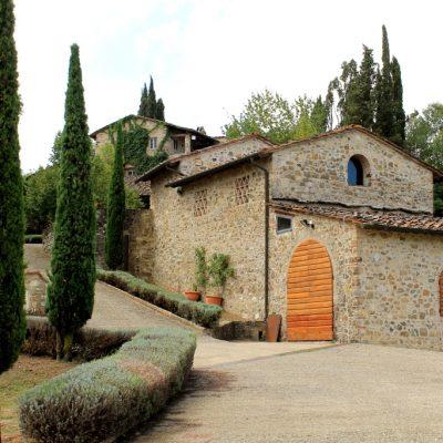Типично тосканско имение произвеждащо вино, зехтин в комбинация с малко ресторантче