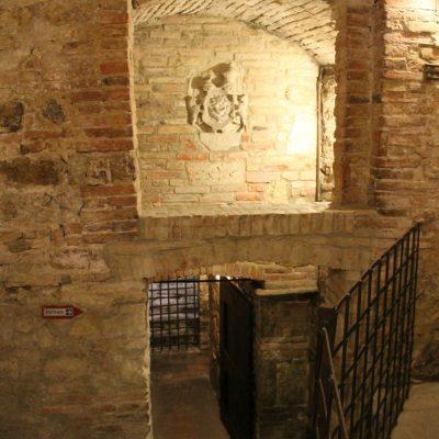 разходка из винарската изба в Монтепулчиано, която си беше като музей на виното