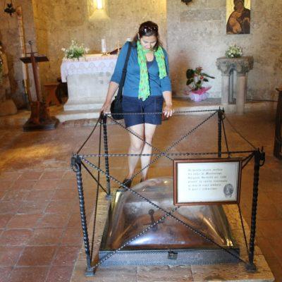 Забития в камък меч на Сан Галгано в църквата в Монтесиепи