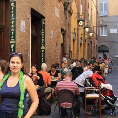 и в Сиена, на всяко свободно кътче има масичка и столче