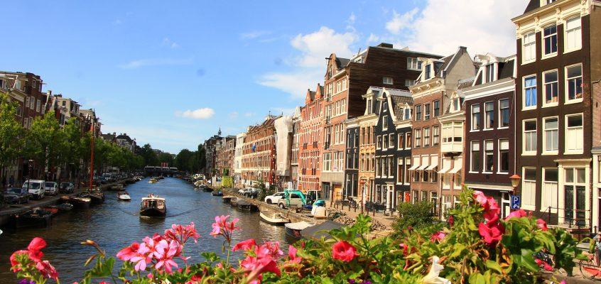 Амстердам – канали, цветя, червени фенери и мирис на марихуана