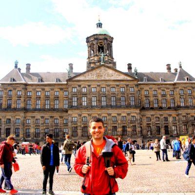 Кралския дворец  разположен на площад Дам в Амстердам
