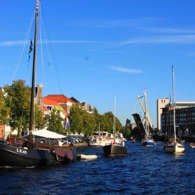 Човек може да седне край река Спаарне и да се наслаждава на парад от лодки, яхти и хора
