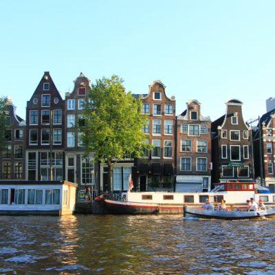 Лодките превърнати в място за постоянно живеене са често срещани в Амстердам