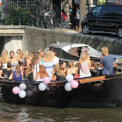Каналите на Амстердам са отражение на ритъма на живота в него