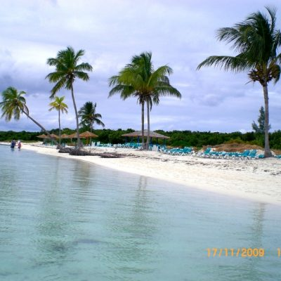 Прекрасния, тих и спокоен плаж на Coco Cay, Бахамите