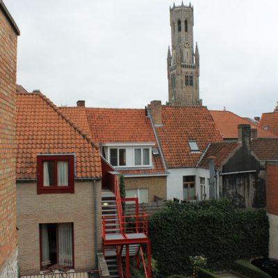 Гледката от нашата стая към часовниковата кула Belfry