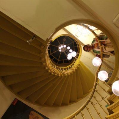 Стълбището на хотел Van Eyck беше красиво и трудно за изкачване :)