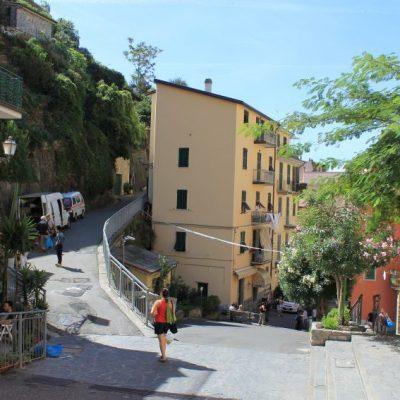 Главната улица на Риомаджоре, която води от входа на града към пристанището