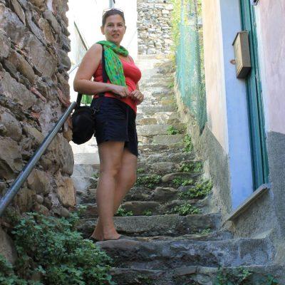 из стръмните улички или по-скоро пътечки между къщите в Риомаджоре, Чинкуе тере