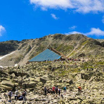 """Първа гледка към заслон """"Леденото езеро"""" = последна почивка преди изкачването на върха"""