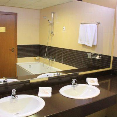 Банята в хотел Каменград е голяма и удобна