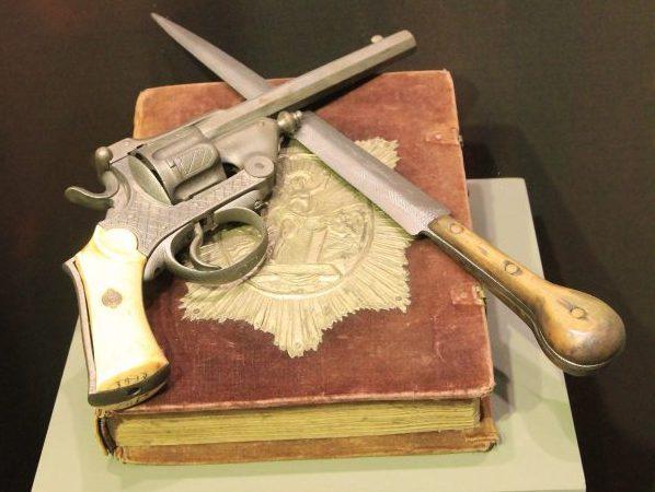 Библията, ножът и револверът пред които членовете на революционния комитет са полагали клетвата си