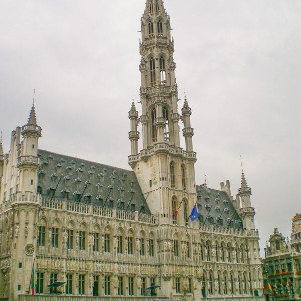 Кметството на Брюксел. Источната половина на сградта е построена през 1444г. Западната част е довършена няколко века по-късно