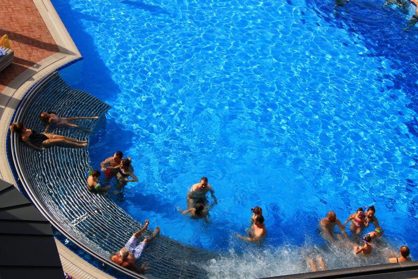 Водната лежанка - едно от големите удобства в басейна на Хот Спрингс медикъл спа