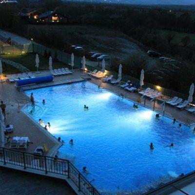 Външния топъл басейн на  Хот Спрингс медикъл спа работи дори и по тъмно