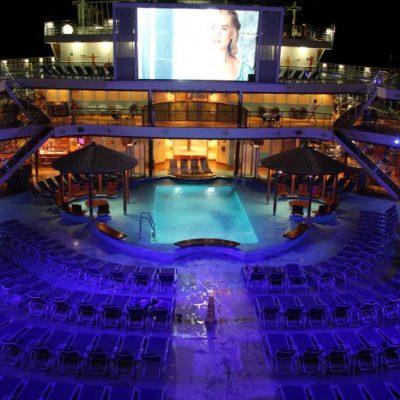 Лятно кино на палубата под звездите
