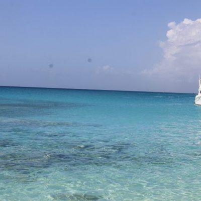 Омайващо синьото море плажът Мулет бей