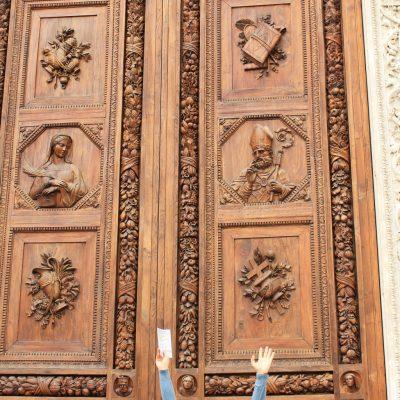 Огромните порти на църквата Санта Кроче