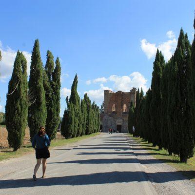 Ради се разхожда към магичното абатство Сан Галгано