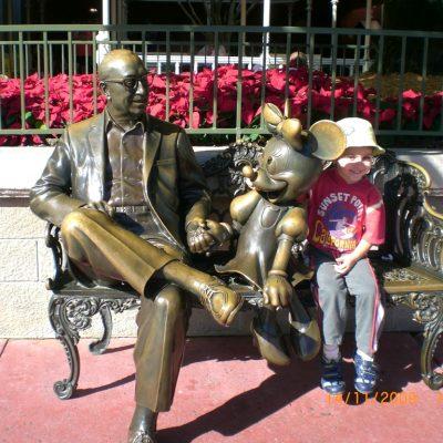Уолт Дисни със своя герой Мини Маус посрещат гостите на парка