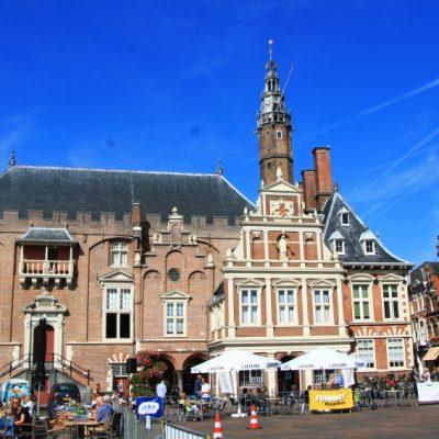 Сградата на кметството в Харлем, разположена на централния площад - Grote Markt, построена през периода 14-17 век.