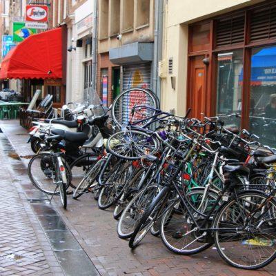 Колелата в Амстердам са навсякъде и всичко е направено за тях