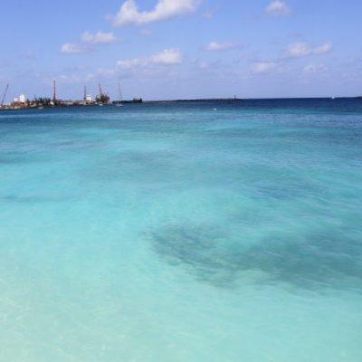 Нюанси синьо на Плажът Junkanoo в Насау, Бахамски острови