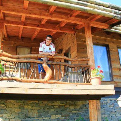Дървената къща в Лещен има малка веранда с кът за сядане