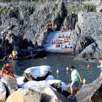 Пълно щастие няма -  когато имаш скали, нямаш плаж. Така изглежда плажът в Манарола