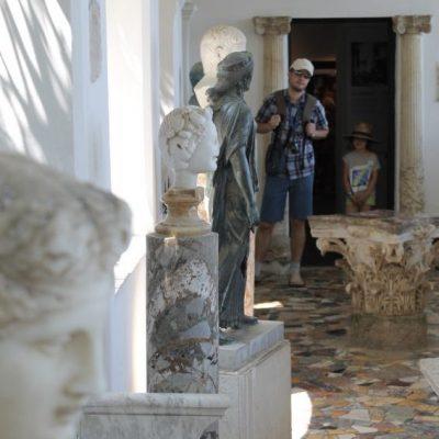 Артефакти от преди няколко века са разположени из градините на вила Сан Микеле