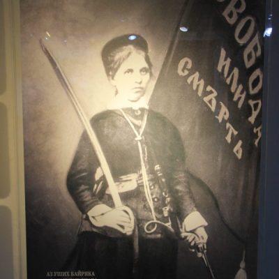 Снимка на райна княгиня със знамето на Априлското въстание