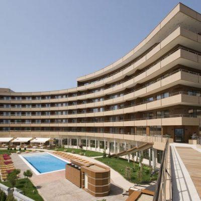 Гранд Хотел Поморие има специален мост, който свързва хотела със плажа