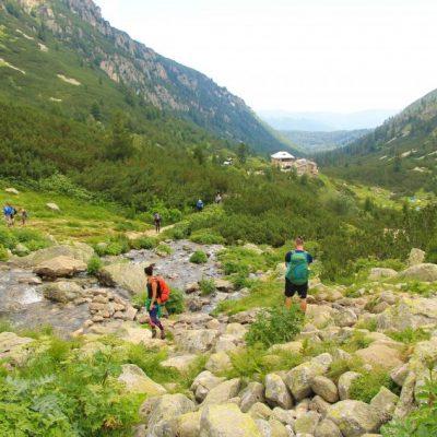 Пресичането на река Мальовишка и хижа Мальовица назад в далечинара