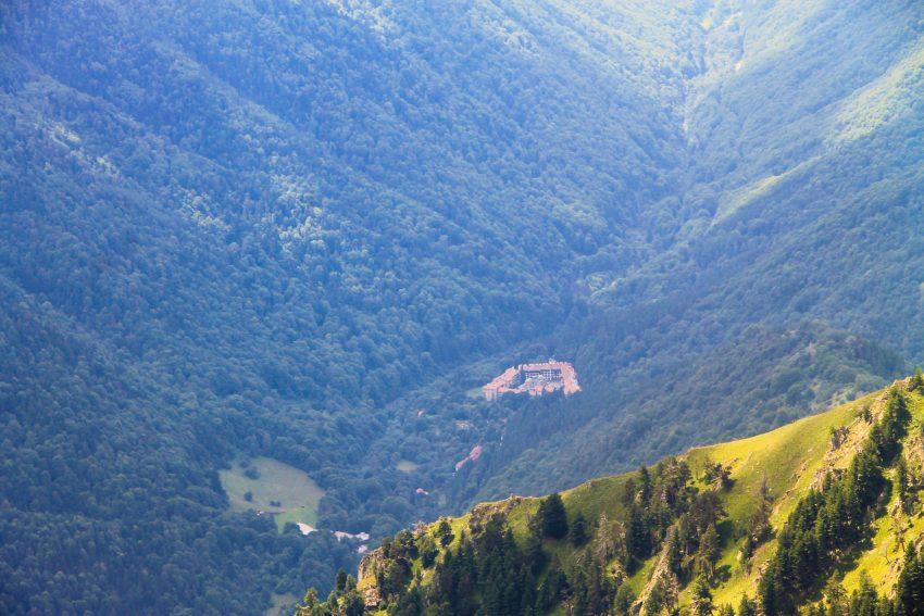 Гледка към Рилския манастир от билото преди връх Мальовица