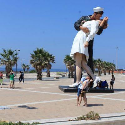"Статуята ""Unconditional surrender"" в Чивитавекия"