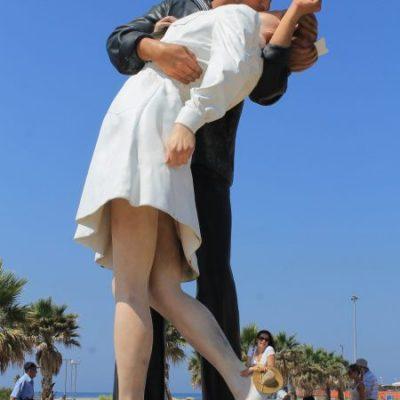 Статуята на целуващият моряк на пристанището  Чивитавекия